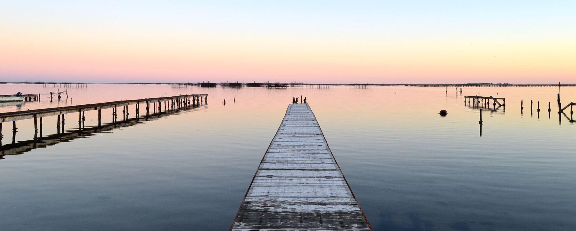 Coucher de soleil sur l'étang de Thau - Vue du ponton - Maison Tarbouriech
